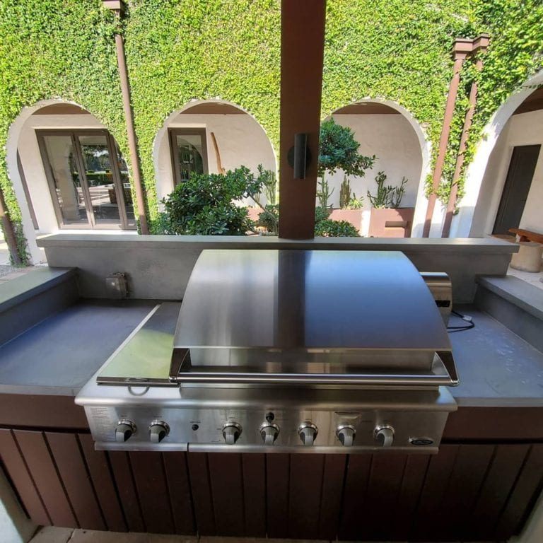 Outdoor kitchen with concrete countertop and grill in Orlando